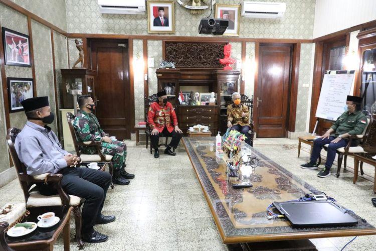 Gubernur Jawa Tengah Ganjar Pranowo menerima kedatangan Wali Kota Tegal Dedy Yon bersama Forkopimda Tegal di Puri Gedeh, Jumat (25/9/2020)