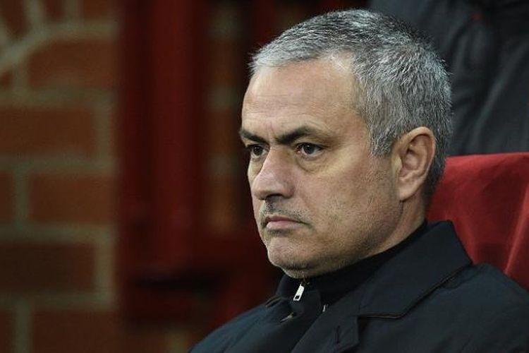 Manajer Manchester United, Jose Mourinho, tengah mengamati tim asuhannya dalam laga pertama babak 32 besar Liga Europa kontra Saint Etienne, di Stadion Old Trafford, Kamis (16/2/2017) waktu setempat. Pada laga itu, Manchester United menang 3-0.