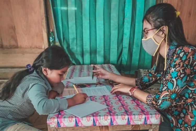 Lulu Kartika (26), guru SDN Sigit 3 di Desa Sigit, Tangen, Sragen mendatangi siswanya di rumah untuk memberikan materi pelajaran di tengah pandemi wabah corona.