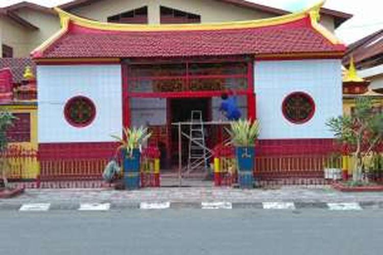 Menjelang perayaan imlek, Vihara Bodhi Dharma di Ampenan, Kota Mataram, Pulau Lombok, Nusa Tenggara Barat mulai berbenah, Kamis (4/2/2016).