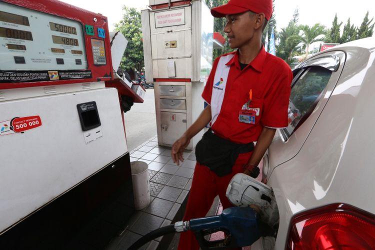 Seorang petugas sedang mengisi bahan bakar jenis Pertamax di SPBU  34-16102 di Jalan Raya Pajajaran, Bogor Utara, Kota Bogor, Rabu (10/10/2018).