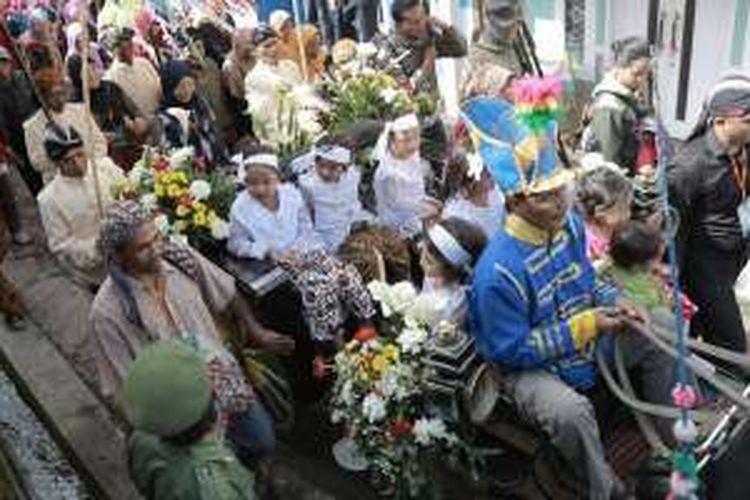 Prosesi kirab budaya pada Dieng Culture Festival 2016, Minggu (7/8/2016). Hampir 100.000 manusia berjejal mengunjungi Negeri di Atas Awan itu baik dari dalam maupun luar negeri.