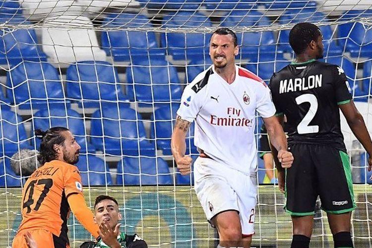 Zlatan Ibrahimovic berselebrasi usai mencetak gol pada laga Sassuolo vs AC Milan di Stadion Mapei, Rabu (22/7/2020) dini hari WIB.