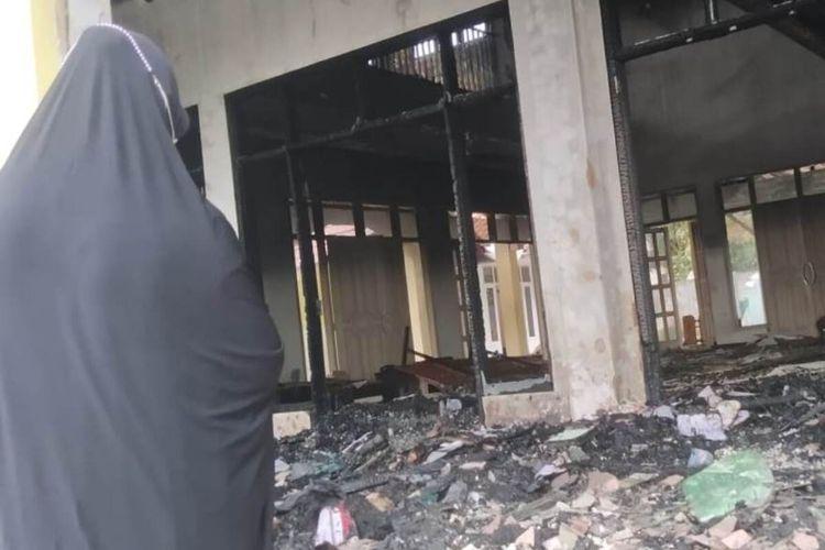 Seorang jamaah memerhatikan kondisi masjid di Kabupaten Cianjur, Jawa Barat, yang tinggal menyisakan puing-puing pasca terbakar, Rabu (7/4/2021).