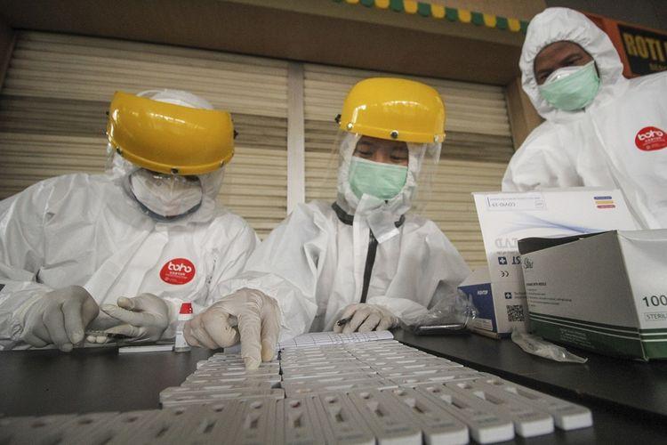 Petugas medis melakukan tes diagnostik cepat (rapid test) COVID-19 kepada sejumlah sampel darah dari calon penumpang KRL di Stasiun Citayam, Depok, Jawa Barat, Senin (18/5/2020). Tes diagnostik cepat yang dilakukan kepada 200 calon penumpang secara acak tersebut sebagai salah satu metode untuk mendeteksi dan mencegah penyebaran COVID-19 di transportasi umum. ANTARA FOTO/Asprilla Dwi Adha/wsj.