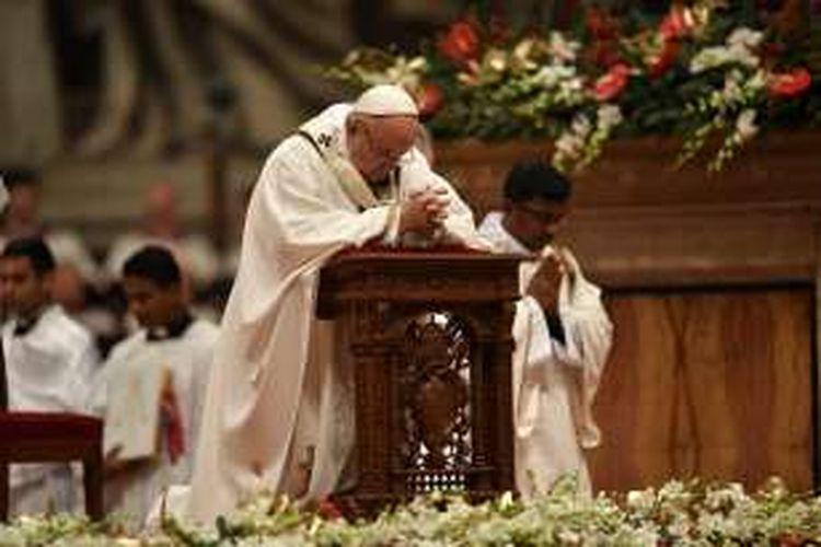 Paus Fransiskus berdoa pada malam Natal yang menandai kelahiran Yesus Kristus, Sabtu (24/12/2016), di Basilika St Petrus di Vatikan.