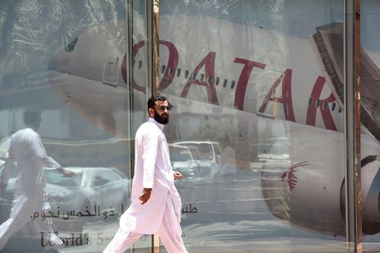Gambar diambil pada 5 Juni 2017. Terlihat seorang pria sedang melintas di kantor cabang maskapai Qatar Airways di Riyadh, Arab Saudi.