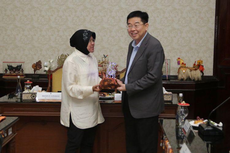 Risma memberikan kenang-kenangan kepada tim juri Lee Kuan Yew Award