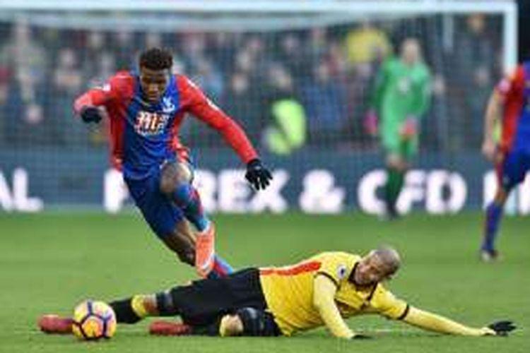 Pemain Crystal Palace, Wilfried Zaha, mencoba melewati hadangan gelandang Watford, Adlene Guedioura, pada laga Premier League di Vicarage Road, Seniin (26/12/2016).