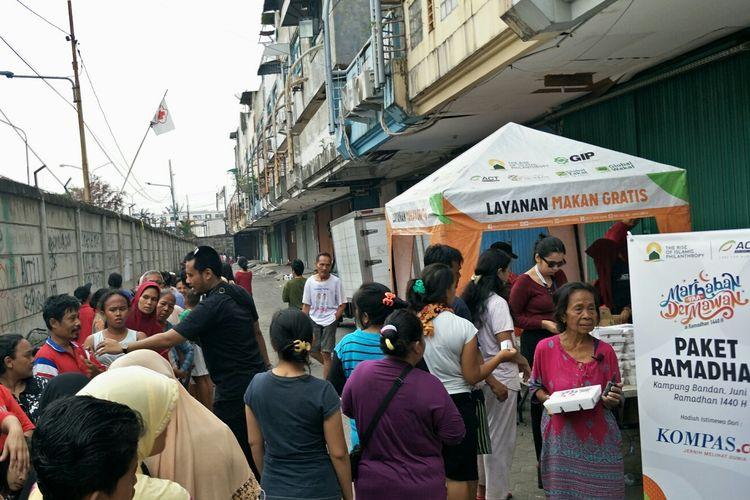 Korban Kampung Bandan antusias mengantre makanan yang diberikan oleh Kompas.com dan ACT, Senin (3/6/2019).