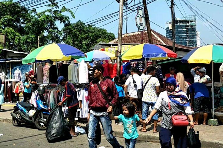 Pedagang kaki lima (PKL) mengokupasi jalur pedestrian Pasar Tanah Abang, Jakarta Pusat, Senin (30/10/2017).