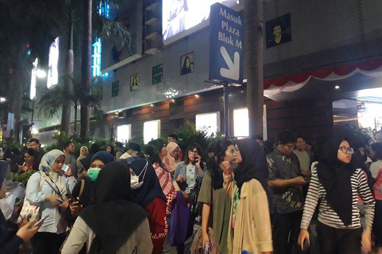 Pengunjung Plaza Blok M berhamburan keluar ketika terjadi gempa, Jakarta (2/8/2019).