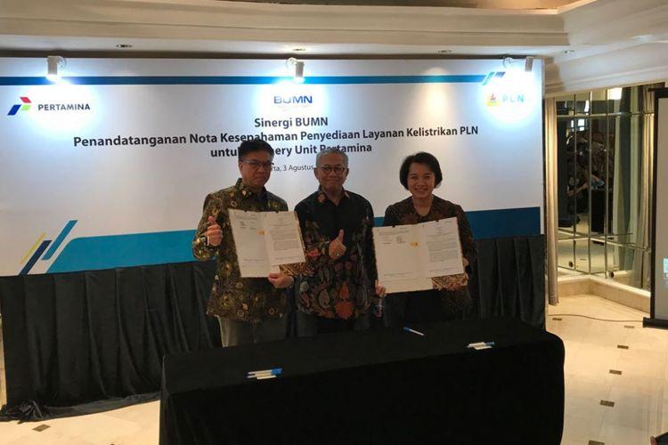 Direktur Pengolahan Pertamina Budi Santoso Syarif bersama dengan Direktur Perencanaan Korporat PLN Syofvi Felienty Roekman usai menandatangani nota kesepahaman terkait aliran listrik di lima kilang minyak di Jakarta, Jumat (3/8/2018).
