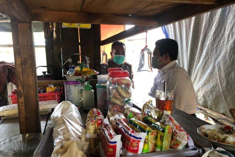 Mendes PDTT, Abdul Halim saat menikmati suasana dan minuman yang melegakan di sebuah warung kaki lima di kota Ungaran.