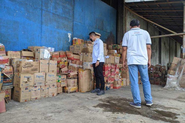 Tim gabungan melakukan pemeriksaan makanan di salah satu gudang di Purwokerto, Kabupaten Banyumas, Jawa Tengah, Kamis (15/4/2021).