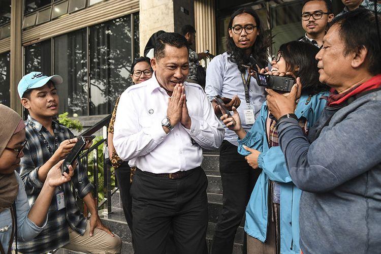 Direktur Utama Perum Bulog Budi Waseso menjawab pertanyaan wartawan usai mengikuti Rapat Koordinasi (Rakor) tentang Kebijakan Stimulus ke-2 Dampak COVID-19 di kantor Kemenko Perekonomian, Jakarta, Rabu (11/3/2020). Dalam Rakor tersebut dihasilkan beberapa hal salah satunya mencangkup PPH Pasal 21 yang akan ditanggung Pemerintah untuk industri.