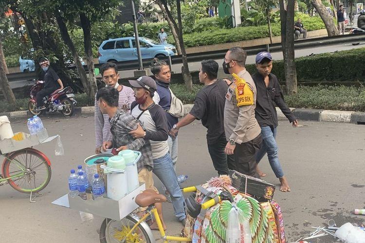 Kapolsek Metro Setiabudi, Kompol Beddy Suwendi melerai dua kelompok pedagang kopi Starling yang berkelahi di Jalan Setiabudi Utara Raya, Karet Kuningan, Setiabudi, Jakarta Selatan pada Rabu (18/8/2021) sore.
