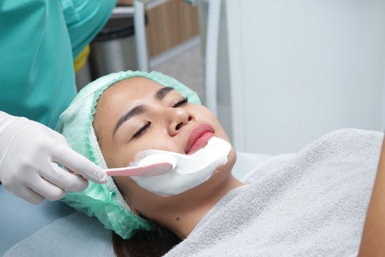Salah satu tahapan dalam anti-aging facial di klinik Derma Express Jakarta.