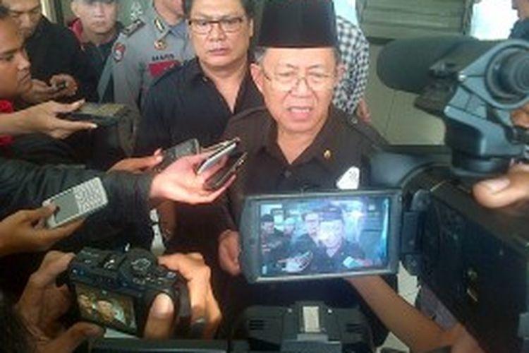 Wali Kota Bandung Dada Rosada usai diperiksa dan dimintai keterangan oleh KPK di Mapolres Bandung Tengah Jalan Ahmad Yani Kota Bandung, Selasa (2/7/2013)