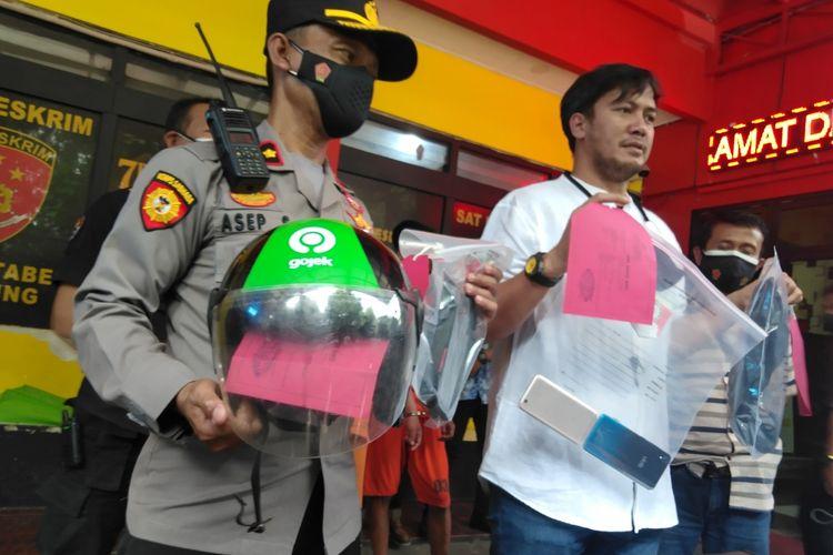 Kasatreskrim Polrestabes Bandung AKBP Afanan Mangopang tengah memperlihatkan barang bukti pelaku Jambret yang videonya viral karena menyeret korban hingga puluhan meter.