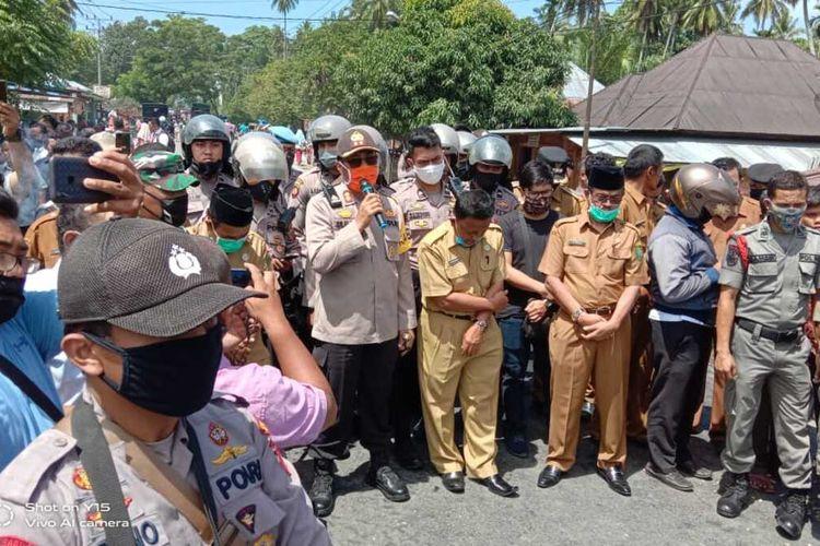 Ratusan warga memblokade jalan nasional yang menghubungkan antara Sumatera Utara dan Sumatera Barat di Desa Mompang Julu, Panyabungan Utara, Mandailing Natal, Senin 29/5/2020). Aksi yang dipicu gara-gara BLT Covid-19 ini mengakibatkan bentrok antar kelompok warga dan aparat keamanan, dan dikabarkan sedikitnya dua unit mobil dibakar serta sejumlah polisi mengalami luka-luka