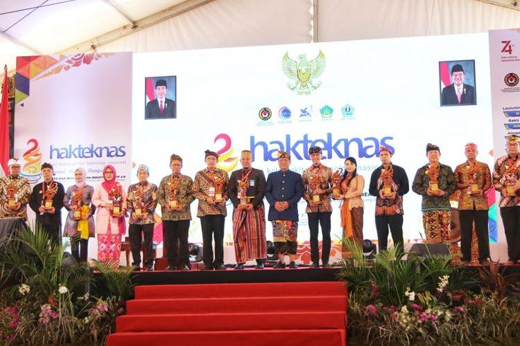 Pada Puncak Peringatan Hakteknas di Bali (28/8/2019) diserahkan Anugerah Iptek dan Inovasi 2019 oleh Menristekdikti Mohamad Nasir.