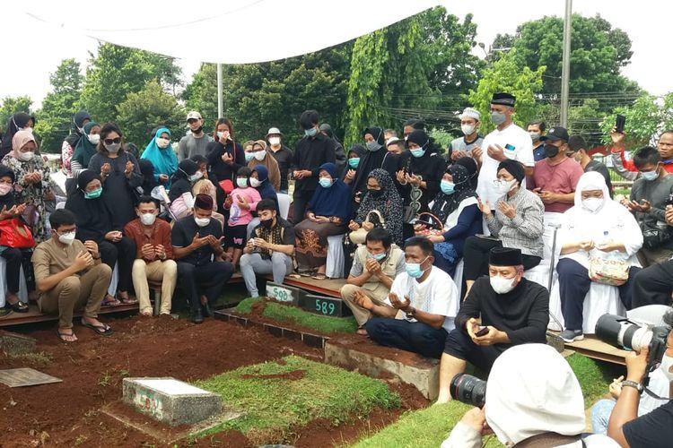 Markis Kido dimakamkan satu liang dengan almarhum sang ayah, Djumharbey Anwar yang meninggal dunia tahun 2008 di TPU Kebon Nanas, Cipinang, Jakarta Timur.