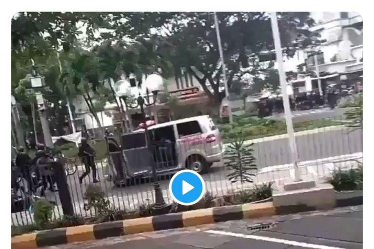 Sebuah video viral di media sosial yang menampilkan satu unit mobil ambulans dikejar dan ditembak aparat Kepolisian. Lokasi penembakan ambulas tersebut diduga terjadi dk kawasan Cikini, Menteng, Jakarta Pusat pada Selasa (13/10/2020) saat berlangsung demo penolakan Omnibus Law Undang-Undang Cipta Kerja.