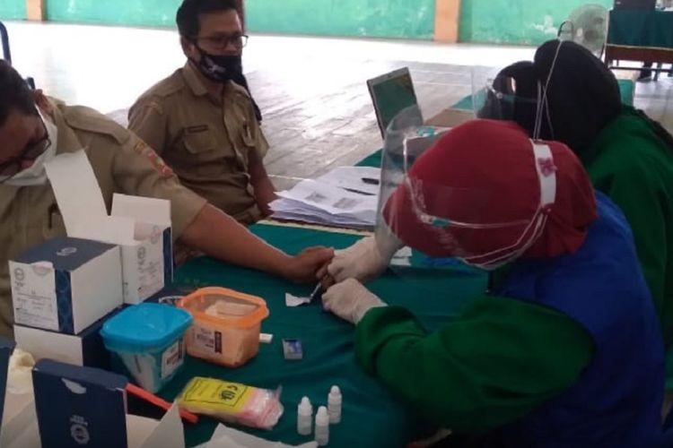 Seorang petugas medis mengambil sampel darah salah satu petugas penyelenggara pemilu di Kabupaten Kotawaringin Barat, Selasa (18/8/2020).