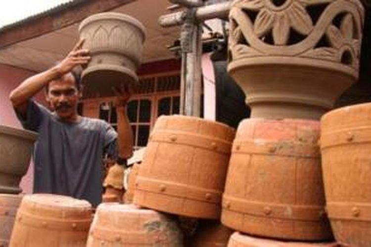 Sentra industri rumah tangga gerabah di Desa Plutan, Kecamatan Pemalang, Kabupaten Pemalang, menawarkan kursus membuat gerabah.