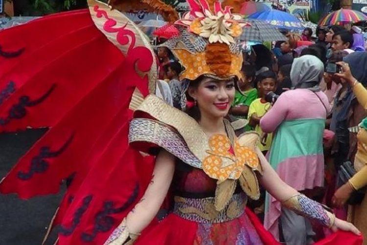 Arak-arakan batik menjadi puncak acara Pekan Batik Nusantara di Kota Pekalongan, Jawa Tengah, Sabtu (8/10/2016) sore,