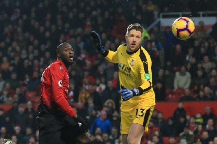 Wayne Heynessey melihat tendangan Romelu Lukaku yang melenceng pada pertandingan Manchester United vs Crystal Palace di Stadion Old Trafford, 24 November 2018.