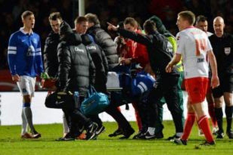 Bek Everton, Bryan Oviedo (ditandu), mengalami cedera patah kaki saat berhadapan dengan Stevenage pada putaran keempat Piala FA, Sabtu (25/1/2014).