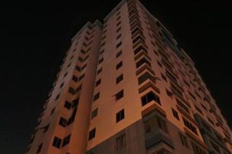 Lantai lima gedung Wisma Mitra Sunter terbakar, Kamis (26/9/2013) malam, diduga akibat hubungan singkat arus listrik.