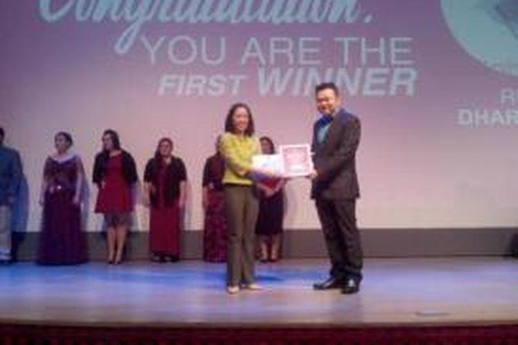 Ricky Darmawan saat menerima hadiah sebagai pemenang pertama kompetisi penurunan berat badan yang digelar klinik lightHOUSE Jakarta.