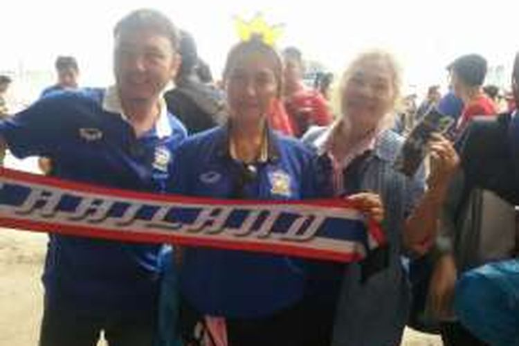 Suporter wanita asal Thailand, Nengnuch (tengah), merasa yakin timnas Thailand menang 2-0 atas Indonesia pada pertandingan pertama final Piala AFF 2016 di Stadion Pakansari, Cibinong, Rabu (14/12/2016).