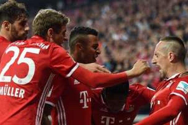 Para pemain Bayern Muenchen merayakan gol yang dicetak Franck Ribery (kanan) ke gawang Hertha Berlin dalam laga Bundesliga di Allianz Arena, 21 September 2016.