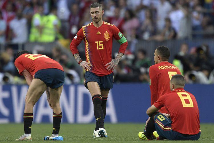 Reaksi pemain Spanyol Sergio Ramos (tengah) dan rekan-rekan setimnya usai kegagalan dua tendangan Timnas Spanyol saat adu penalti pada laga 16 besar Piala Dunia 2018 melawan Rusia di Stadion Luzhniki, Minggu (1/7/2018). Timnas Rusia lolos ke babak perempat final setelah menyingkirkan Spanyol lewat drama adu penalti dengan skor 4-3.
