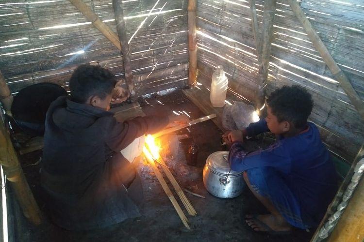 Foto :Kris (9), Yoan (7), dan Erto (4), tiga bersaudara di Bajawa, Kabupaten Ngada, NTT hidup di pondok kecil di kebun tanpa orangtua.