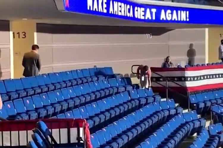 Video yang beredar di Twitter menunjukkan relawan tim kampanye Presiden Amerika Serikat Donald Trump mencabuti stiker social distancing, sebelum kampanye dimulai di BOK Center, Tulsa, Oklahoma.