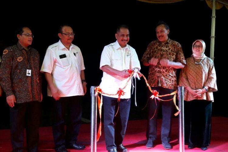 Menteri Pariwisata Arief Yahya menggunting pita tanda peluncuran Badan Otorita Pariwisata (BOP) Borobudur di Taman Wisata Candi Borobudur, Magelang, Jumat (9/2/2018) malam.