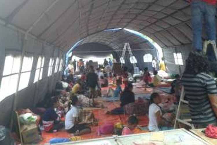 Para pengungsi korban kebakaran di kawasan Jalan Baru Kecamatan Sirimau mengungsi di tenda darurat di pelataran Masjid Raya Alfatah Ambon. para pengungsi ini hanya tidur beralaskan terpal.