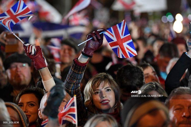 Suporter Brexit mengibarkan bendera Union Jack di Parliamentary Square, London, pada 31 Januari 2020. Brexit akan mempunyai dampak besar ke Inggris Raya tak terkecuali ke Premier League dan Liga Inggris.