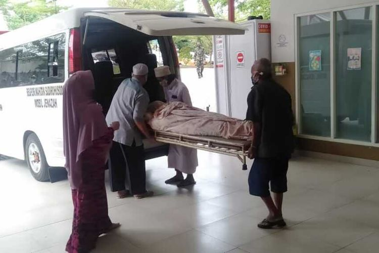 Jenazah pasien Covid-19 dibawa pulang pihak keluarga setelah dijamin oleh anggota DPRD Makassar, Sabtu (27/6/2020).