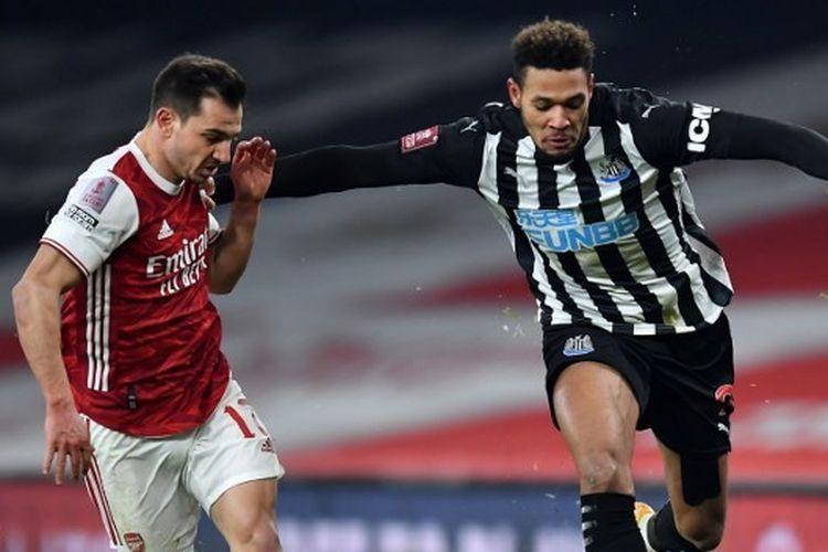 Cedric Soares berebut bola dengan Joelinton dalam pertandingan putaran ketiga Piala FA 2020-2021 Arsenal vs Newcastle United yang digelar di Stadion Emirates, London, pada Sabtu (9/1/2021).