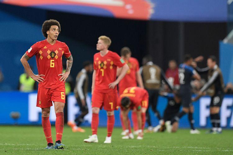 Pemain Belgia Axel Witsel (kiri) bereaksi usai timya kalah dari Perancis pada laga semifinal Piala Dunia 2018 di Stadion Saint Petersburg, Selasa (10/7/2018) atau Rabu dini hari WIB. Perancis memastikan langkah ke babak final setelah menaklukkan Belgia dengan skor 1-0.