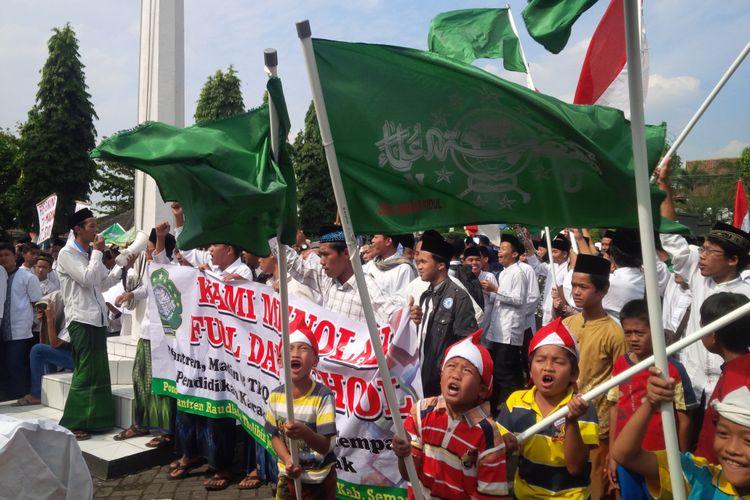 Ribuan massa dari ormas keagamaan Nahdlatul Ulama (NU) dan berbagai badan otonom di bawahnya, serta santri dari Madrasah Diniyah (Madin) dan Taman Pendidikan Quran (TPQ) menggelar aksi unjuk rasa di Kantor Bupati Semarang, Jumat (18/8/2017) siang.