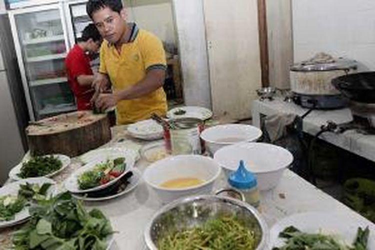 Suasana dapur di Restoran Taipan Seafood, di Manado.