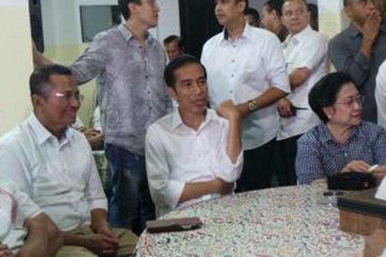 Menteri Badan Usaha Milik Negara Dahlan Iskan (kiri) bersama calon presiden Joko Widodo (tengah) dan Ketua Umum Partai Demokrasi Indonesia Perjuangan Megawati Soekarnoputri (kanan) duduk bersebelahan di kediaman Megawati, Jalan Kebagusan, Jakarta Selatan, Selasa (22/7/2014).