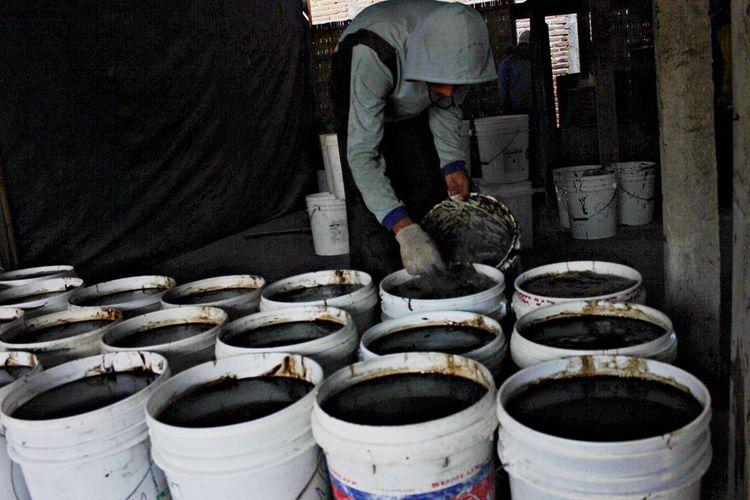 Pekerja pabrik janggelan milik Sumarni di Magetan, Jatim, membersihkan gelembung di atas ember sebelum didinginkan. Setiap hari selama bulan puasa pabrik janggelan Sumarni menghasilkan 400 ember 23 kilogram dan 10 kilogram yang dipasarkan sekitar Magetan, Madiun, Ponorogo, Ngawi, Sragen hingga ke Kabupaten Klaten, Jawa Tengah. Janggelan atau cincau hitam biasanya disajikan sebagai campuran minuman untuk berbuka puasa.